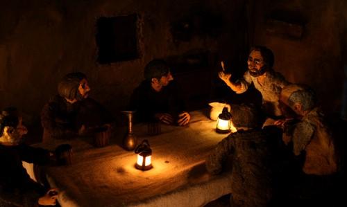 Filmszene aus dem Animationsfilm Jure Grando - Personen am Tisch im Kerzenschein