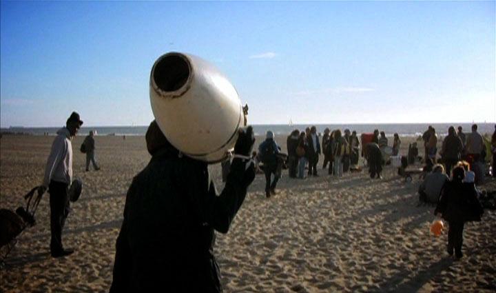 Filmszene aus After the Violence - Trommler am Strand