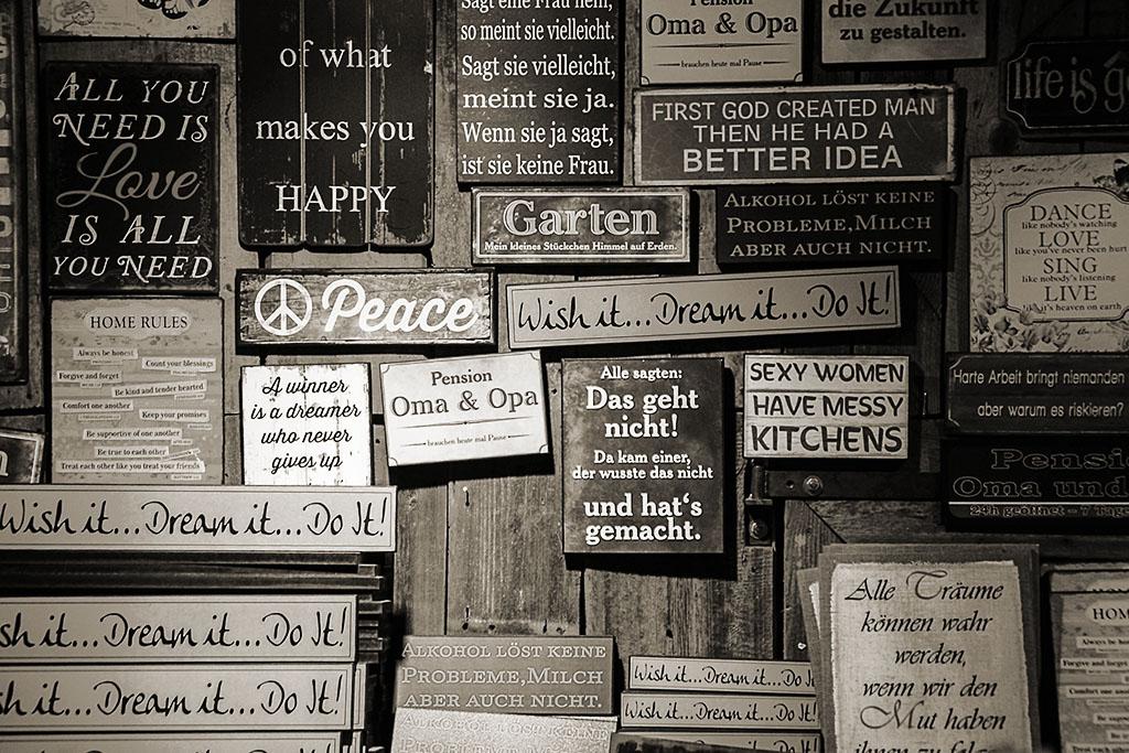 Schilder auf einer Holzwand