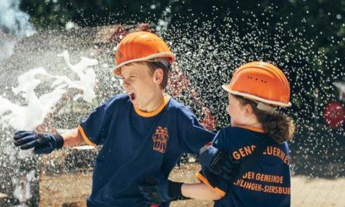 Filmszene mit Feuerwehrschlauch aus Kleine Helden