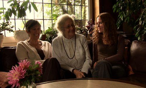Filmszene aus Was Bleibt - Großmutter, Tochter, Enkeltochter DeVries auf Sofa